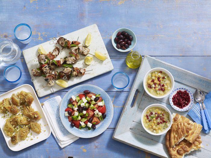 flug athen kulinarische reise nach athen blauer tisch baklava mousaka oliven griechischer salat mediterranes essen ouzo zitronen grill barbeque meeresessen