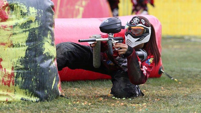 paintball spielerin dame mit roten haaren spielt paintball auf einem spielfeld strategien