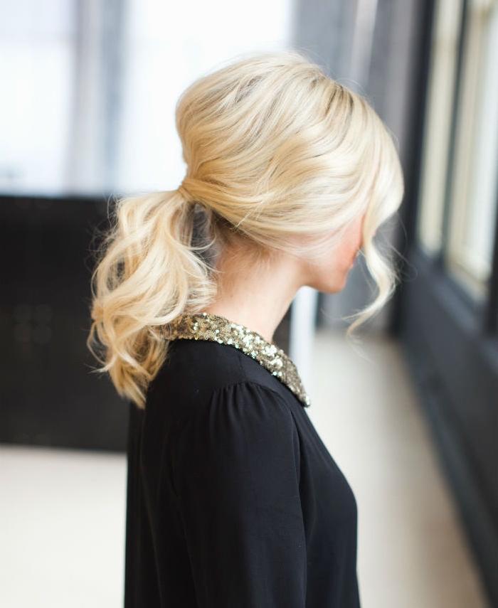 mittellange haare hellblondes haar mit dezenten locken gebunden ein freies strähnchen