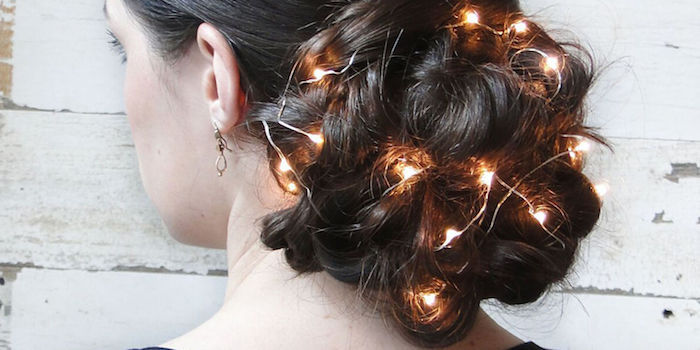 einfache frisuren selber machen leuchtende lichtkette in den haaren stecken lichter gebunden