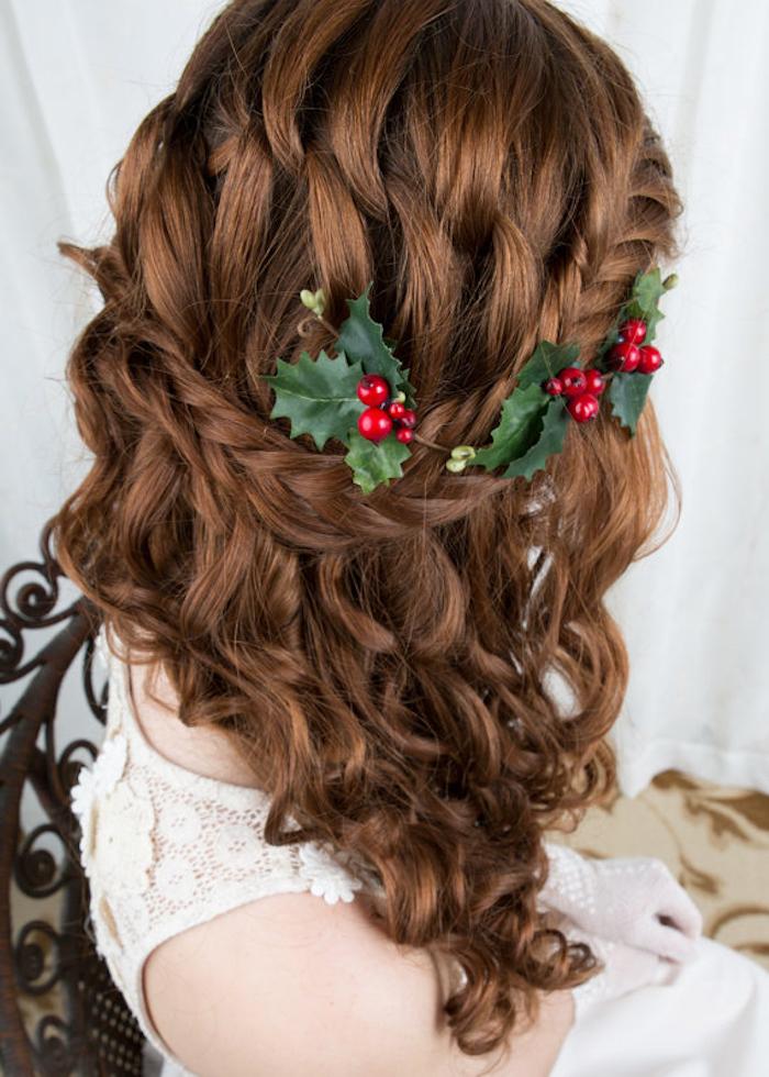 frisuren halblang idee schöne locken zopf in den haaren und haarspangel in der form von winterlichen pflanzen schöne idee
