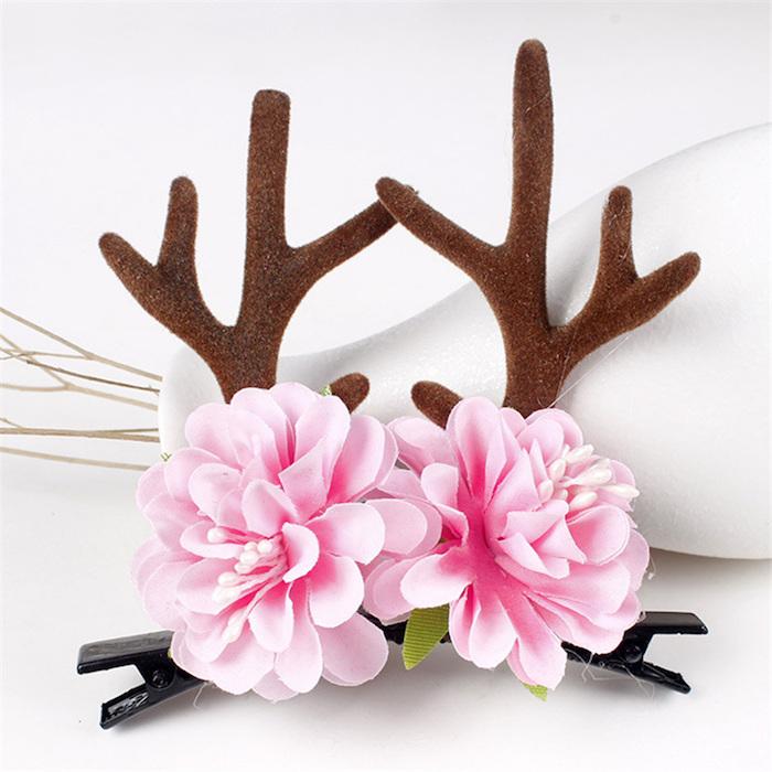 frisurentrends idee kreative haarverzierung haarspangen mit rosa blumen und elchhörner