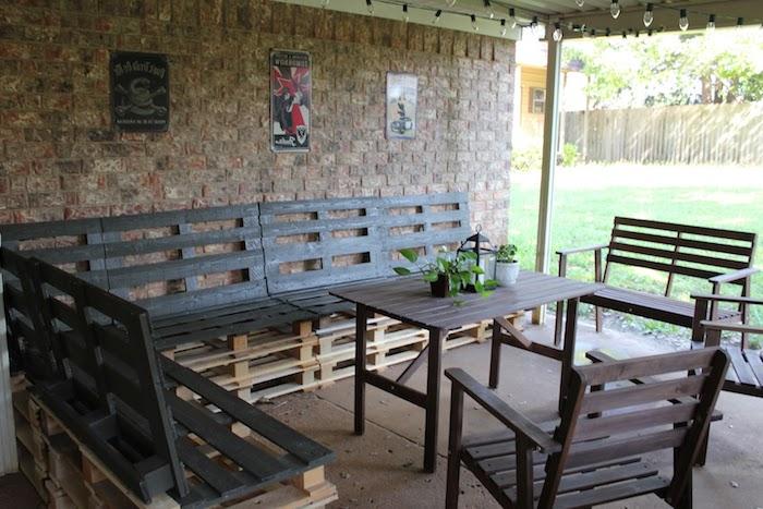 gartengestaltung ideen - ein brauner tisch aus holz - stühle und große bänke aus paletten - gartenbank selber bauen