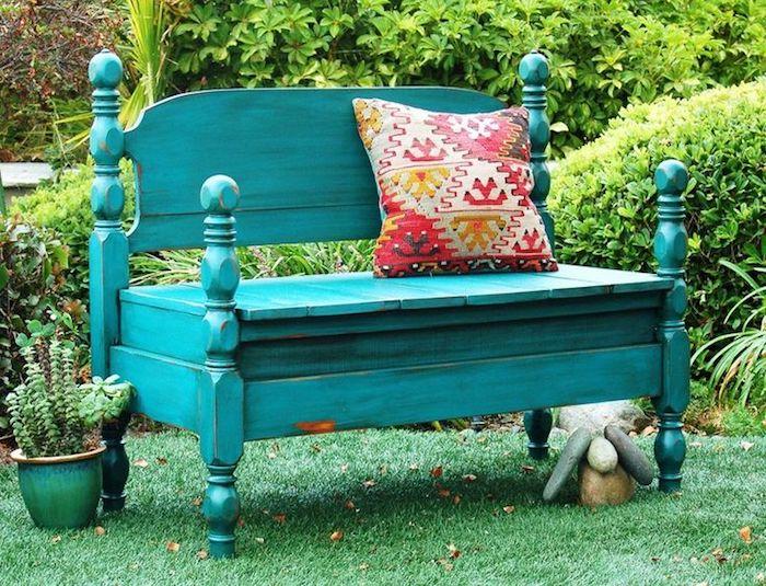 eine grüne gartenbank mit einem kissen - eine bank aus einem alten grünen bett - gartengestaltung ideen