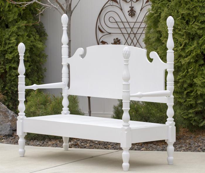 weiße kleine gartenbank aus einem weißen bett - garten mit grünen pflanzen - schöne gartenmöbel selber bauen