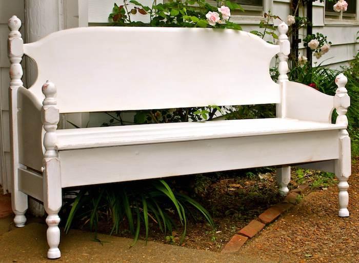 eine weiße gartenbank aus einem alten weißen bett - garten mit rosen und grünen blättern - gartenbank selber bauen