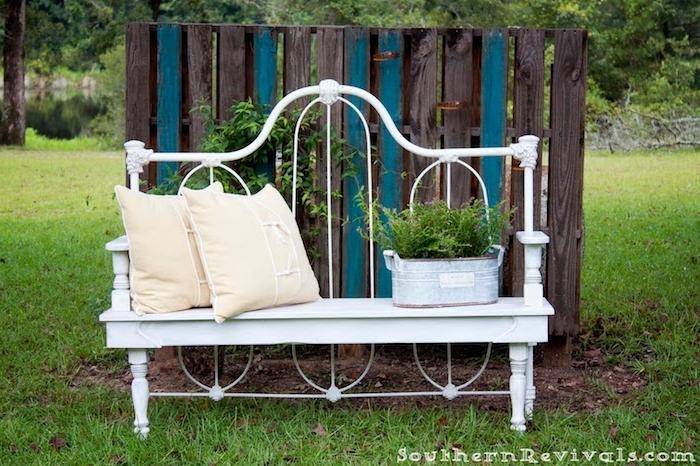 gartenbank metall - eine bank aus einem alten weißen bett aus metall selber bauen - garten mit grass und grünen pflanzen gartengestaltung bilder