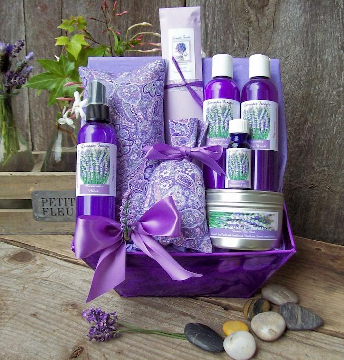 geschenkideen für beste freunding geschenkset in lila violete farbe spa wellness kosmetik für frauen schleifen deko steine blume gel dusche naturelles öl bio kosmetik