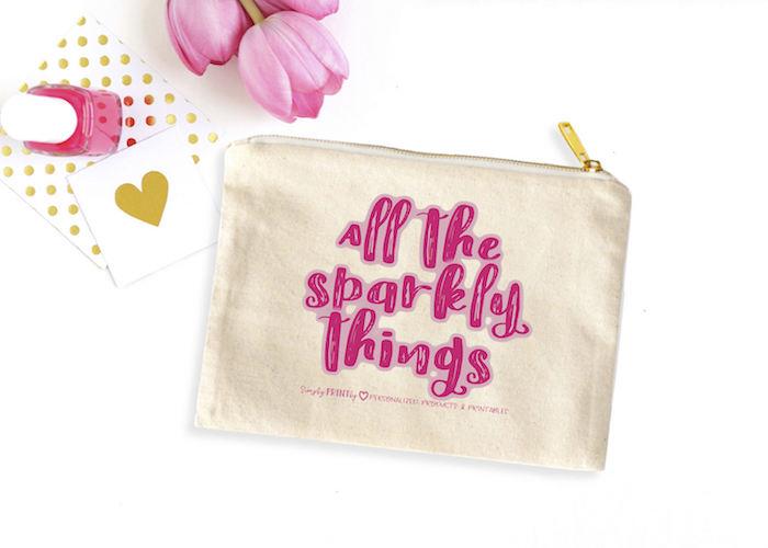 beste freundin mit kosmetik und kosmetiktasche beschenken schöne geschenkideen beste freundin rosa tulpen goldene tasche herzchen deko