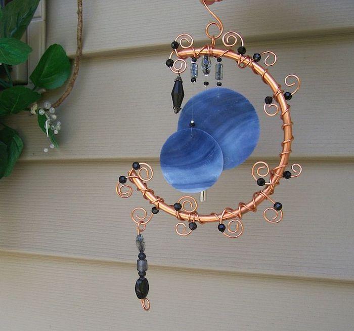 elegantes Dekoartikel zum Aufhängen auf der Terrasse, Metalldeko zum Aufhängen mit Kupferüberzug und vielen Spiralen mit kleinen schwarzen Perlen, ein Troddel aus schwarzen Kristallen, grüne Hängepflanze für die Terrasse