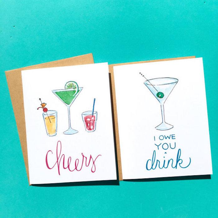 zwei Schuldscheine für Cocktail-Aben, weiße Karte mit drei Alkoholgetränken und mit Cheers-Anschrift, eine IOY-Karte mit Martiniglas mit einer grünen Olive, zwei braune Umschläge für Postkarten, Bild mit türkisblauer Hintergrund