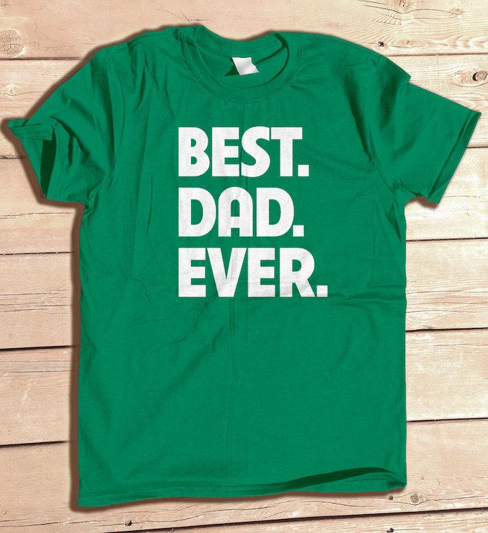Weihnachtsgeschenke für Eltern - ein grünes T-Shirt mit weißen Buchstaben für Vater