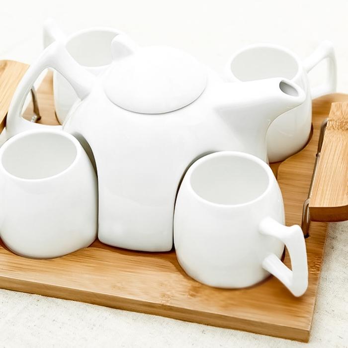 Weihnachtsgeschenke für Eltern - ein Tee Set in weißer Farbe, sehr kompaktes Geschirr