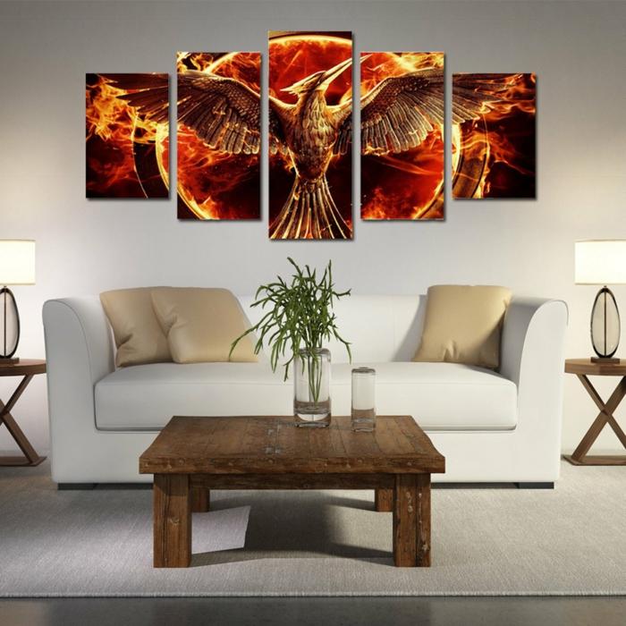 Wanddeko im Wohnzimmer, weißes Ledersofa, Vintage Holztisch, grüner Strauß in Glasvase, weiße Nachttischlampen