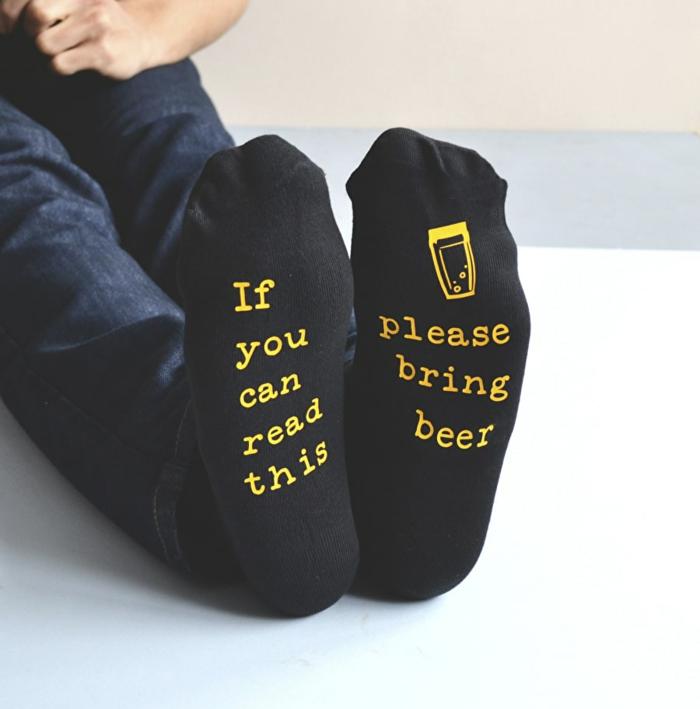 Coole Geschenkideen zu Weihnachten, lustige Socken für Männer, bitte das Bier bringen