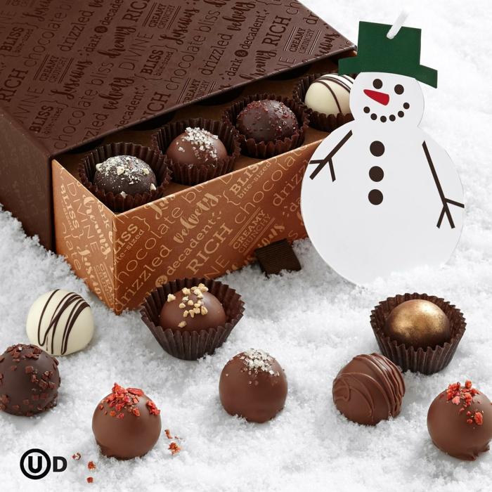 Ein Stück Genuss zu Weihnachten schenken, Pralinenschachtel und Schneemann-Anhänger