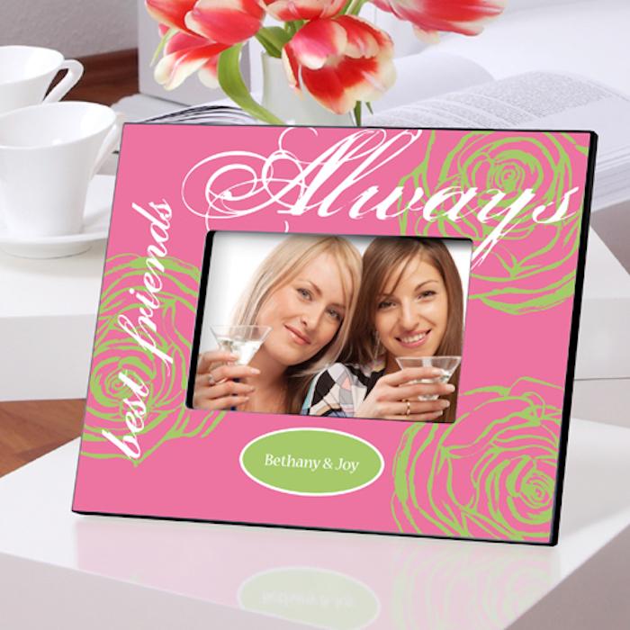 geschenkideen beste freundin tulpen in vase rot mit weißer deko bilderrahmen mit aufschriften botschaft von ihnen an ihrer besten freundin ein bild von den bessten freundinnen der welt