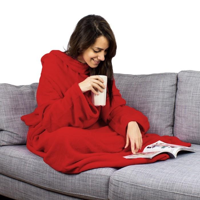 geschenkideen für beste freundin kuscheldecke mit ärmelnfür den kalten wintertagen tee trinken auf dem coach rote decke magazin lesen