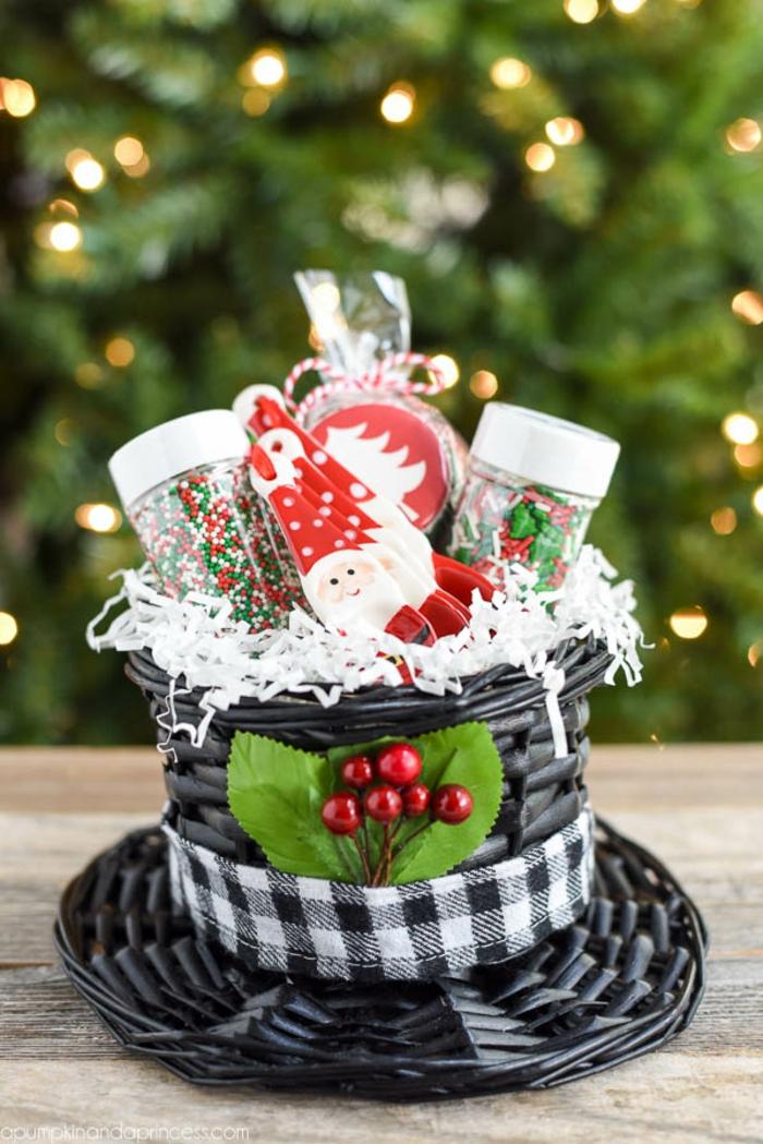 Weihnachtskorb voll mit kleine Geschenken, coole Ideen für Weihnachtsgeschenke selbst gemacht