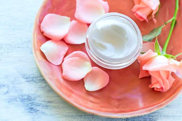 gesichtscreme selber machen, creme mit rosenöl, natrürliche geischtspflege