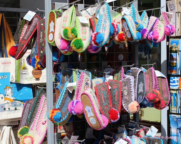 souveniers aus athens bunte flip flops für zuhause pantoffel rosa grün blau farben bunte gestaltungen fröhliche laune