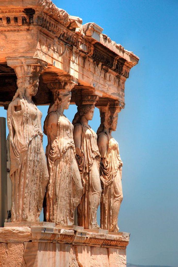 athen sehenswürdigkeiten die akropole statuen von frauen die mit ihren haaren die decke halten altgriechische architektur