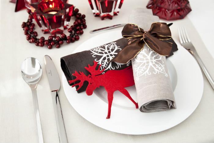 weihnachten deko weihnachtsdeko ideen weiße teller roter elch serviette rote beeren löffel und messer weiße malerei deko