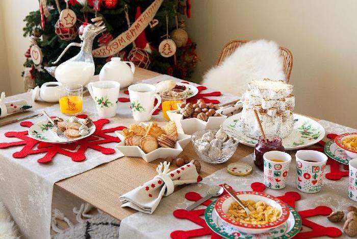 weihnachten deko tischdeko voll ausgestatteter tisch gedeckter tisch zum weihnachtsfest schneeflocken deko ideen servietten falten
