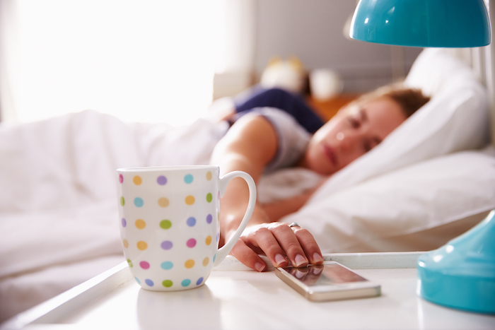 das Handy weckt ein Paar und sie wünschen sich Kaffee - Guten Morgen Wünsche
