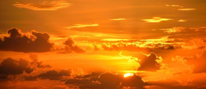 schönen Guten Morgen - der rote Himmel beim Morgengrauen wirkt verzaubernd