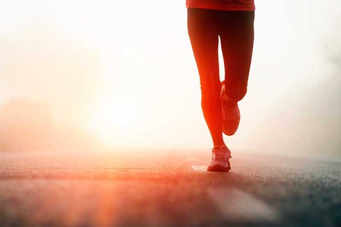 schönen Guten Morgen - ein Weg, das erste Licht und ein Jogger in einer schönen Komposition