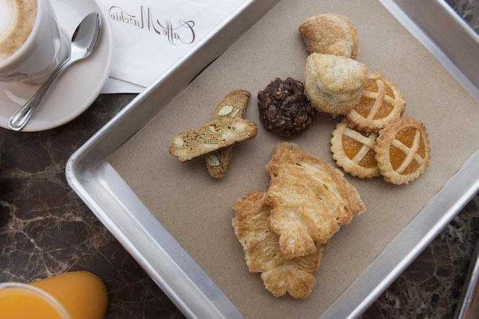 schönen Guten Morgen - ein gesundes Frühstück mit Süßigkeiten, Kaffee und Orangensaft