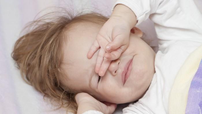 süße Bilder - ein kleines Kind wacht sich auf und sieht so niedlich aus