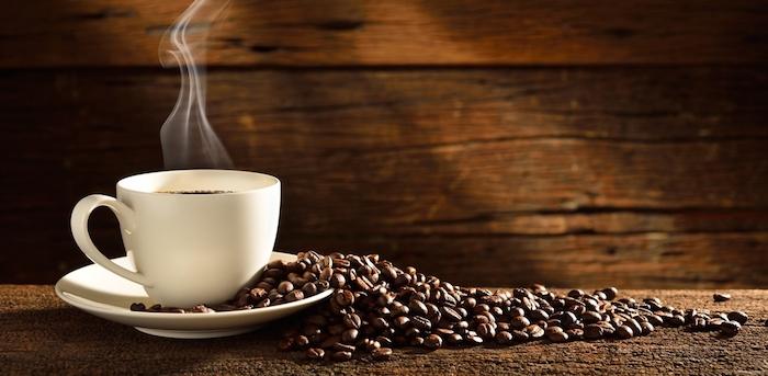 Guten Morgen Kaffee - eine weiße Tasse Kaffee, um den Tag zu beginnen