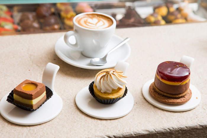 Guten Morgen Kaffee - einen Caffe Latte und drei Süßigkeiten mit Creme