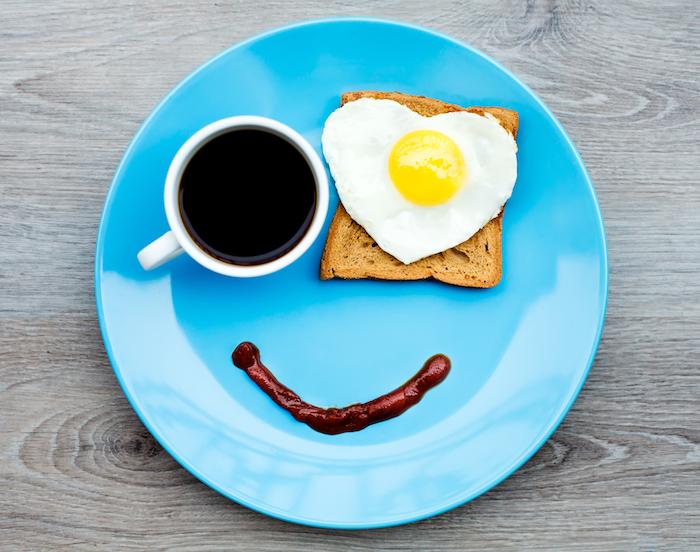 Guten Morgen Grüße - ein blaues Teller, Spiegelei als Auge und eine Tasse Kaffee