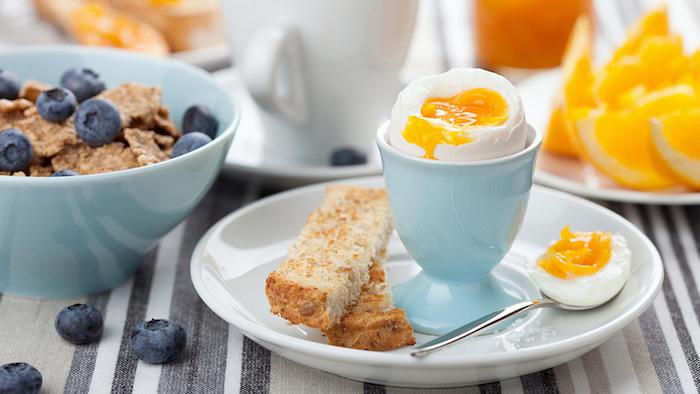 Guten Morgen Grüße - ein gesundes Frühstück mit rohes Ei und Cornflakes