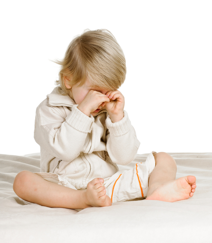 einen wunderschönen Guten Morgen - ein kleines Kind, das sich bereits erwacht und sich die Augen reibt
