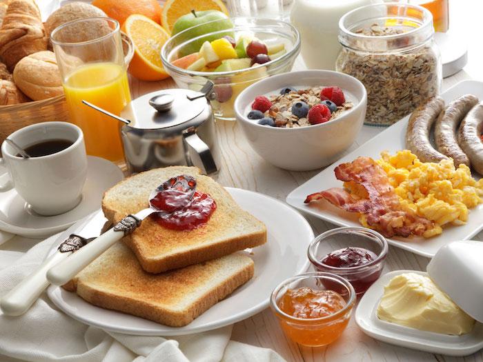 ein gesundes Frühstück - Orangensaft, Kaffee, Müsli, Marmelade und Würstchen - einen wunderschönen guten Morgen
