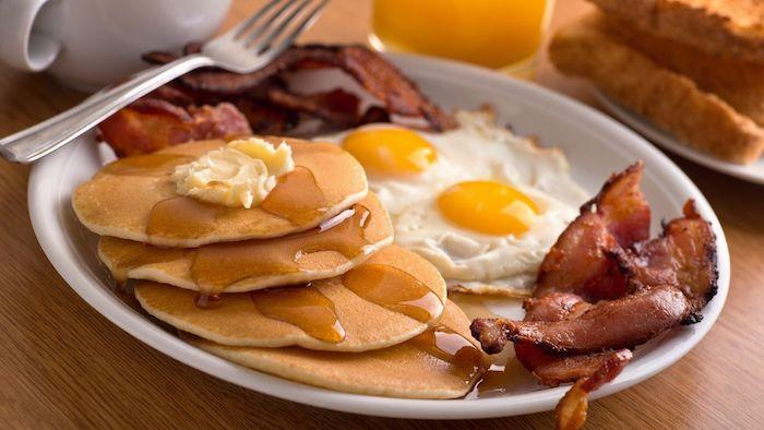 einen wunderschönen Guten Morgen - Pfannkuchen, Speck und Spiegeleier