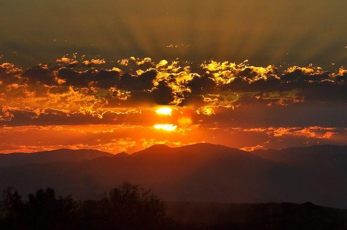 einen wunderschönen Guten Morgen - ein roter Sonnenaufgang hinter den Wolken