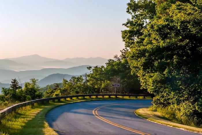 ein Weg im Gebirge beim Morgengrauen, einen Weg im Wald - einen wunderschönen Guten Morgen