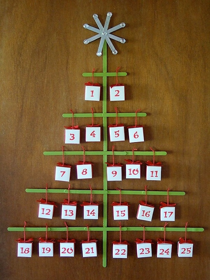 ein Weihnachtsbaum aus Hölzchen kleine Geschenke mit Nummern - Adventskalender basteln für Männer