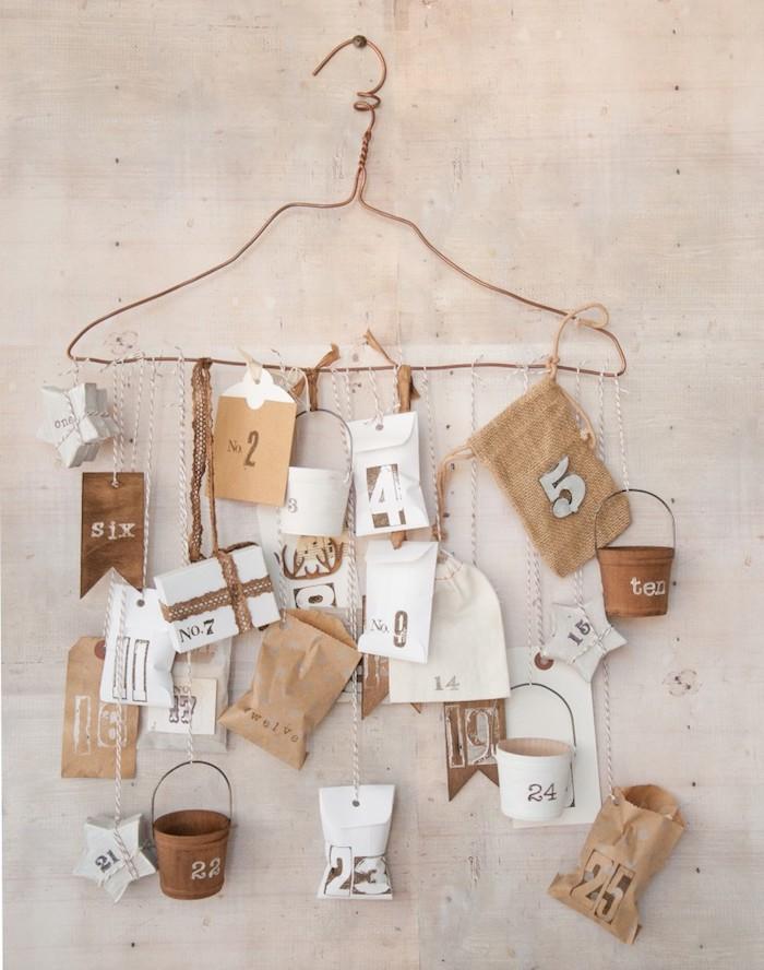 ein Kleiderbügel mit viele kleine Verpackungen mit Nummern - Adventskalender basteln für Männer