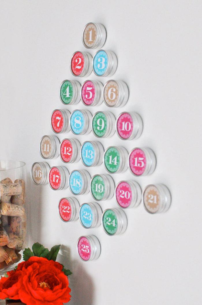 fünfundzwanzig runde Schachtel in viele Farben formen einen Weihnachtsbaum - Adventskalender basteln für Männer