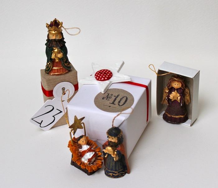 ein Teil aus Adventskalender mit der Nummer 10 von Weihnachtsdeko umgeben - Ideen für Adventskalender