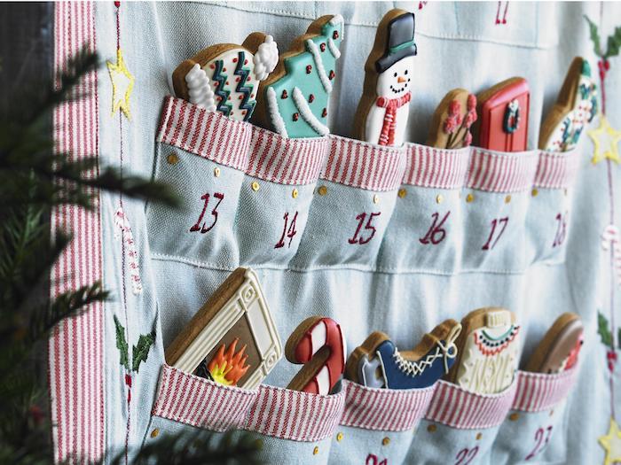 ein rosa blaue Decke mit Taschen voller Plätzchen mit Glasur - Ideen für Adventskalender
