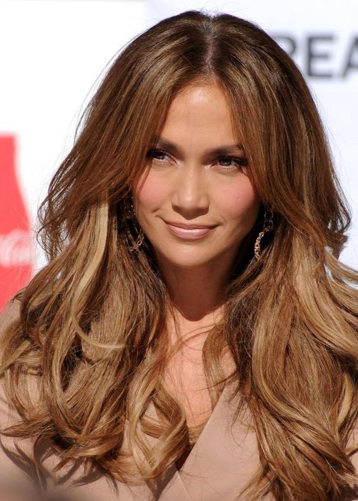 caramel braun, karamellbraune haare mit blonden strähnen, trendige haarfarben