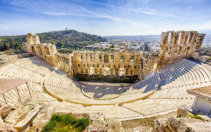 sehenswürdigkeiten athen die reste vom antiken theather athen sehenswertes blick von oben über die stadt