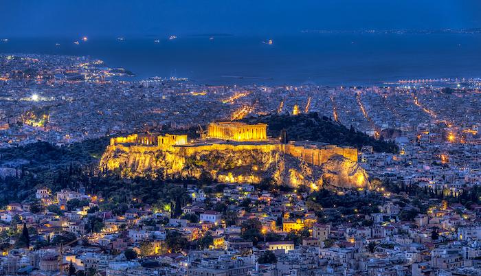 athen sehenswürdigkeiten akropole von oben gesehen am abend dunkle umgebung und einzigartige beleuchtung der sehenswürdigkeit berühmte antoke gebäude in ganz europa